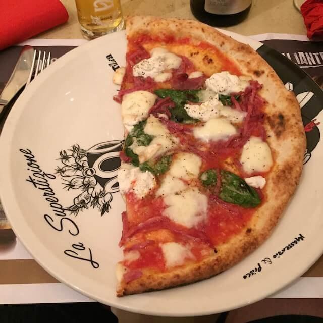 Napolilaisen pizzan tunnuspiirre on ilmava taikina